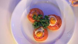 Яйцо в помидоре